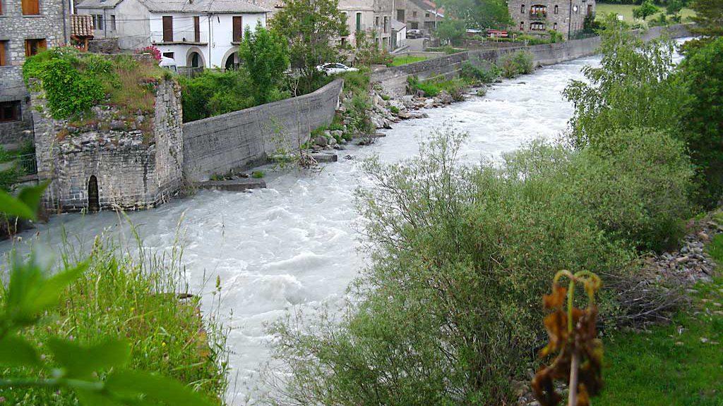 Restos del antiguo puente de Broto sobre el Ara