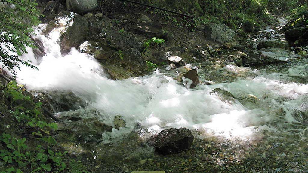 El agua baja por la senda entre los puentes Pecadors y Molin.