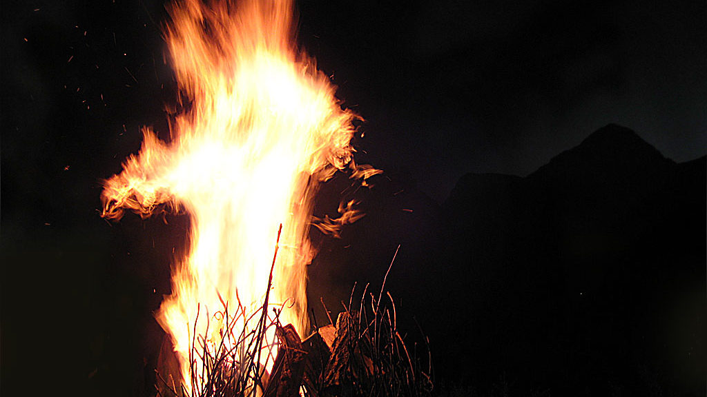 Encendido de la hoguera en la Falleta. Noche de San Juan (San Juan de Plan)