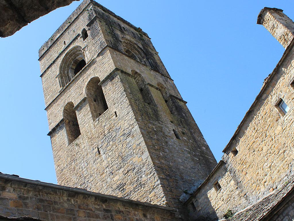Torre de Aínsa desde el claustro