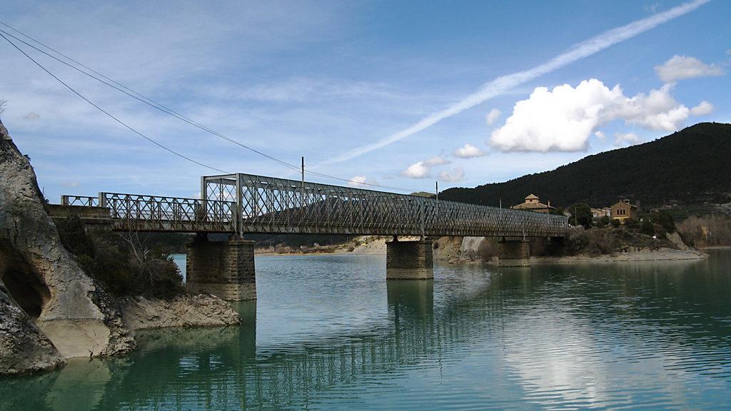 Puente carretero sobre el Embalse de La Peña