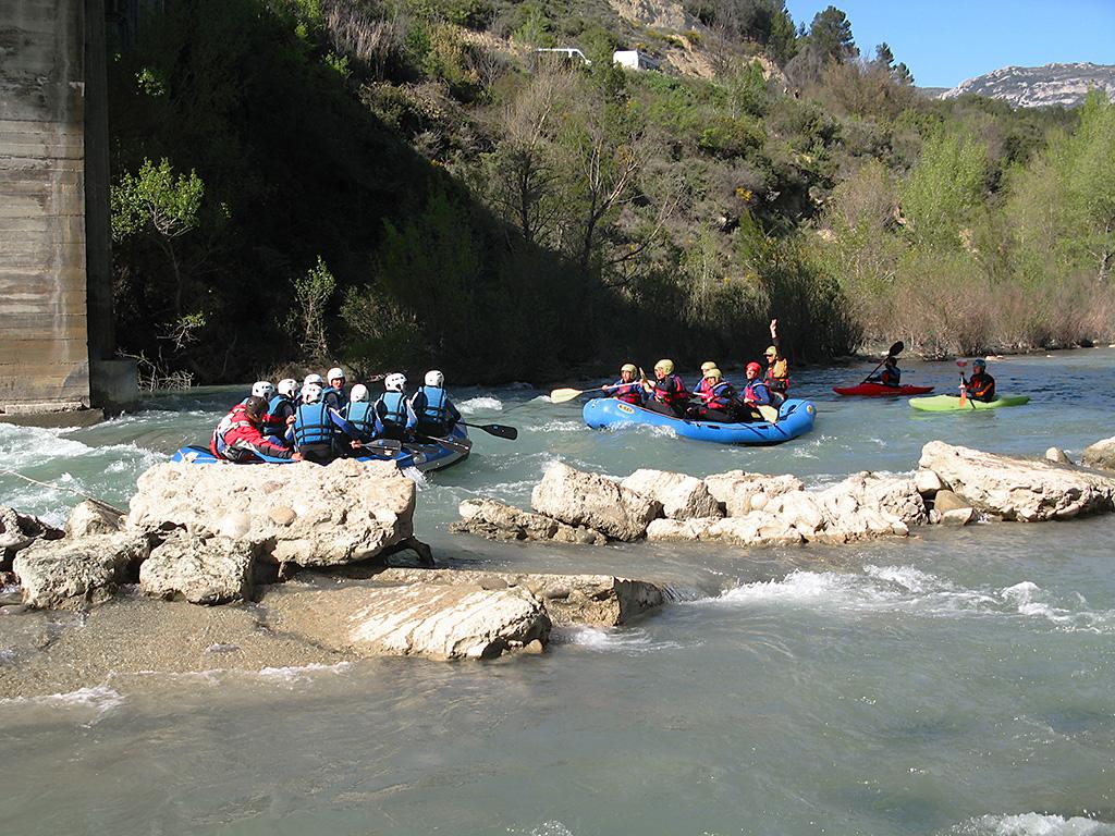 Rafting bajo el puente de Murillo de Gállego