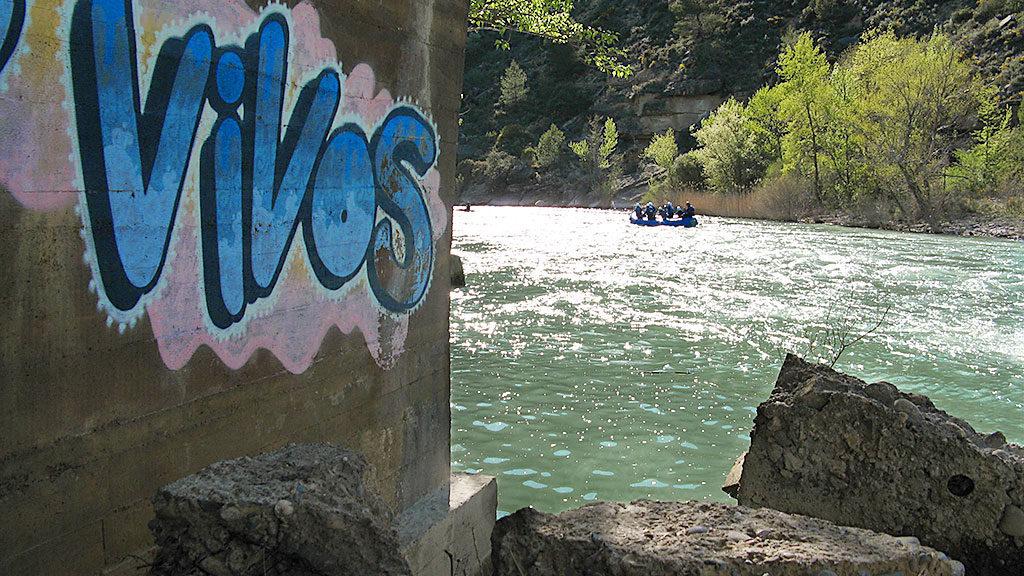Reivindicación bajo el puente de Murillo de Gállego