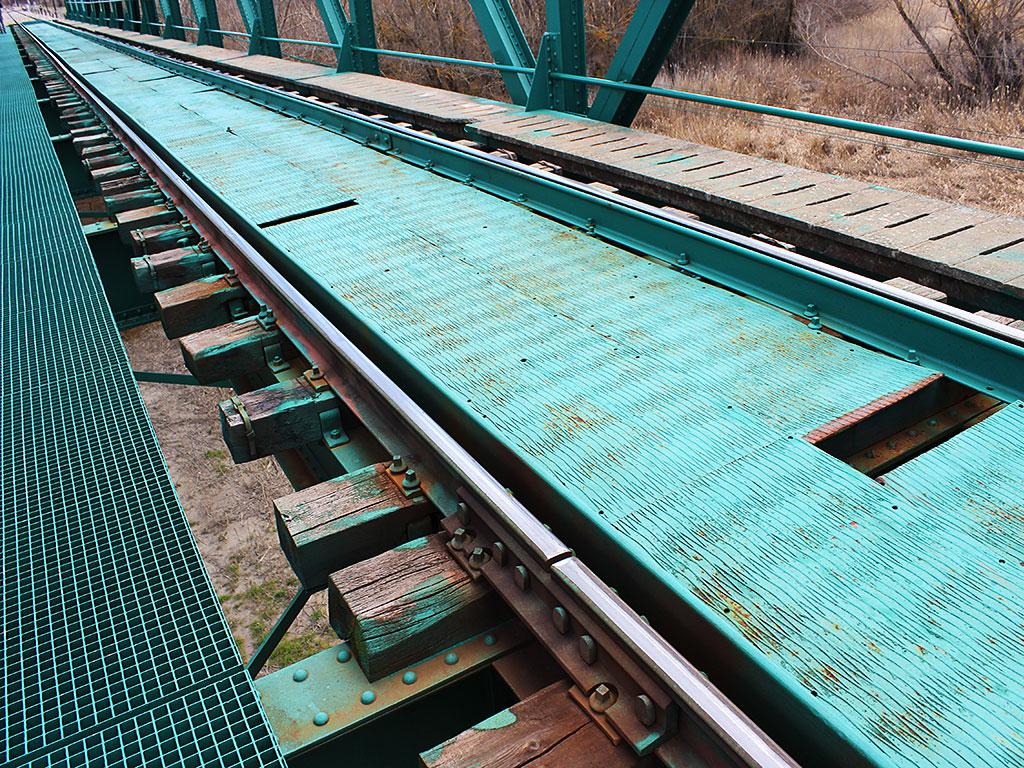 Vía del puente del embalse de La Peña